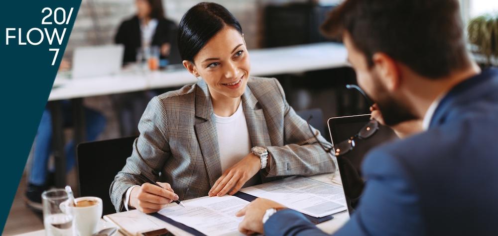 Frau unterzeichnet Arbeitsvertrag: Mit dem 20FLOW7 Personality Recruitment finden Sie schnell die geeigneten Mitarbeiter_innen – first time right.
