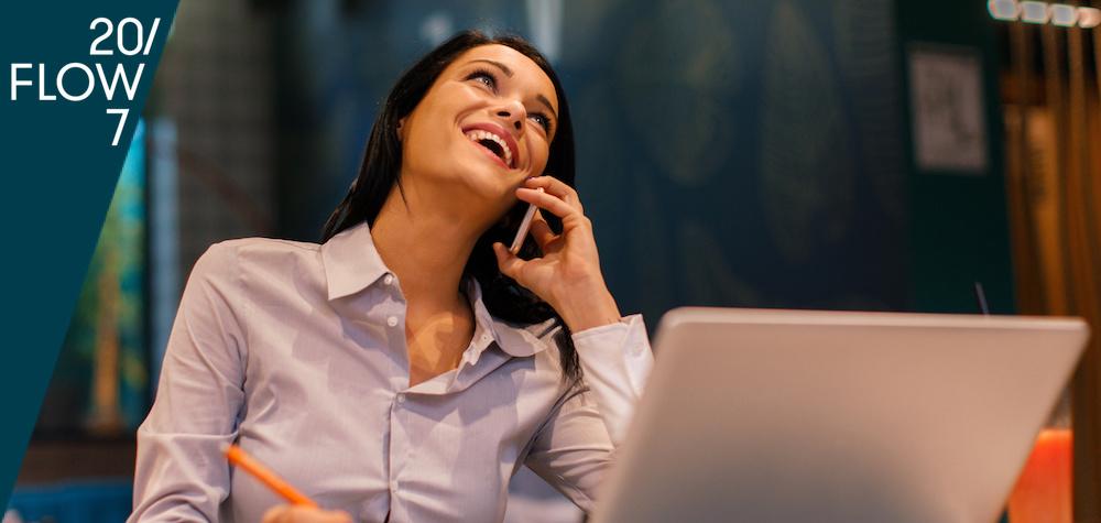 Eine Mitarbeiterin telefoniert gut gelaunt: Personality Matching steht für persönlichkeitsorientierte Personal- und Führungskräfteentwicklung